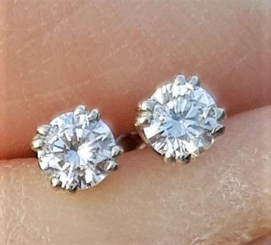 Solitaire Diamant Øreringe m. Dobbelt Fatninger på Total 0,31 carat sat i 14 Karat Hvidguld.