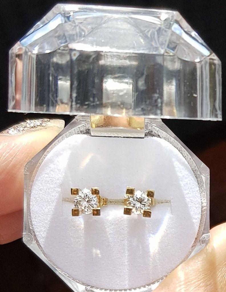 Håndlavede Solitaire Diamant Øreringe i Guld m. i alt 0,89 Carat.