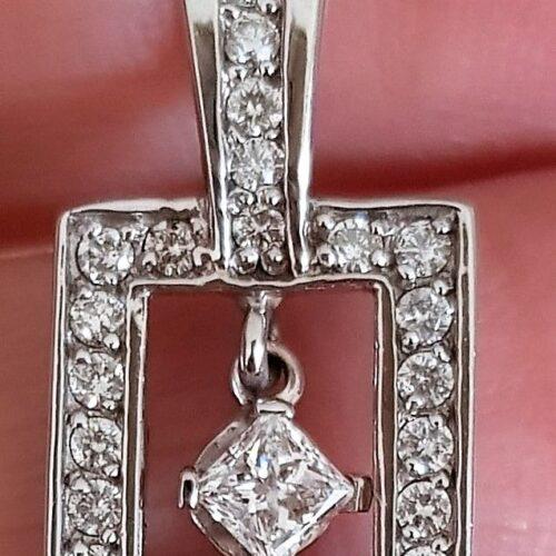 Prinsesse Cut Vedhæng i Kantet Design m. Total 0,67 carat Diamanter, sat i 14 Karat Hvidguld.