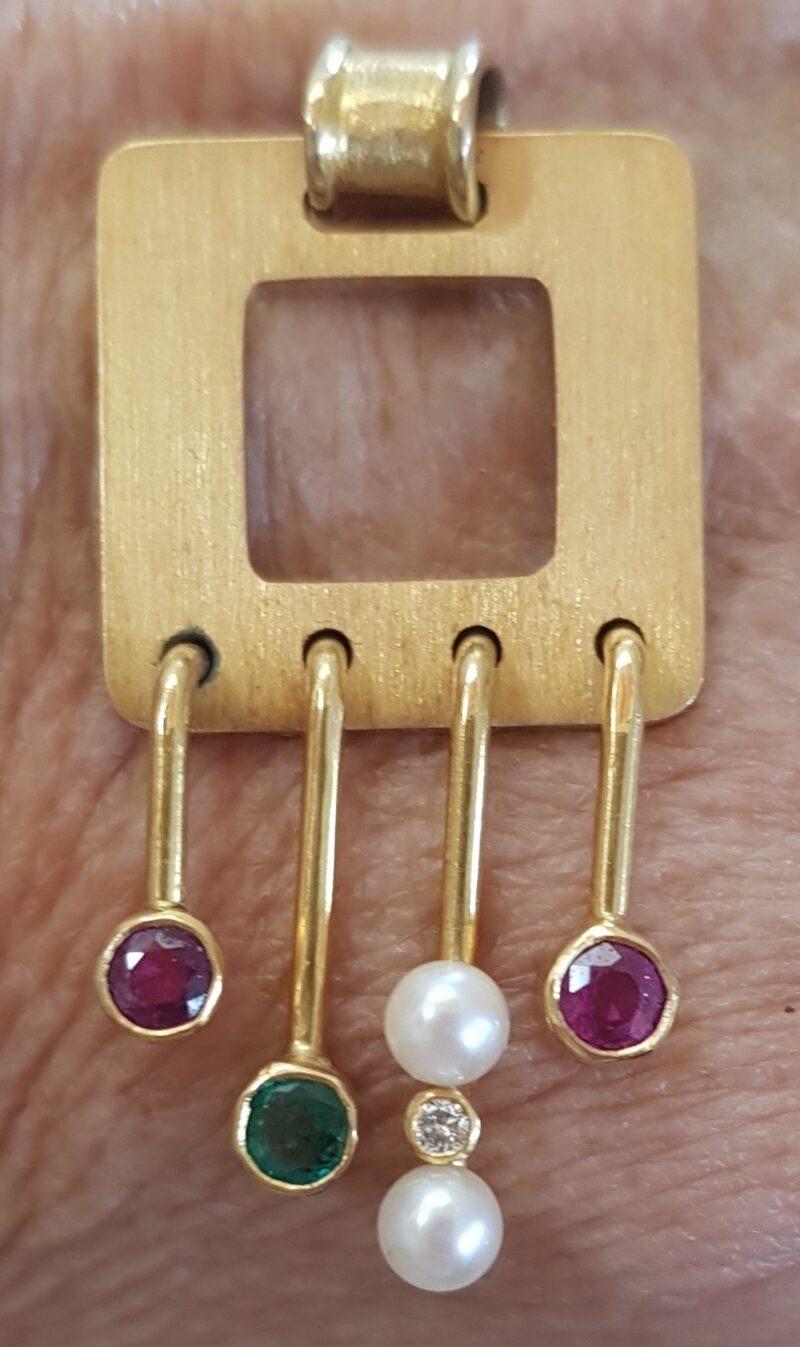 Design Vedhæng i Matteret 14 Karat Guld m. Rubiner, Smaragd, Akoya Perle og Diamant.