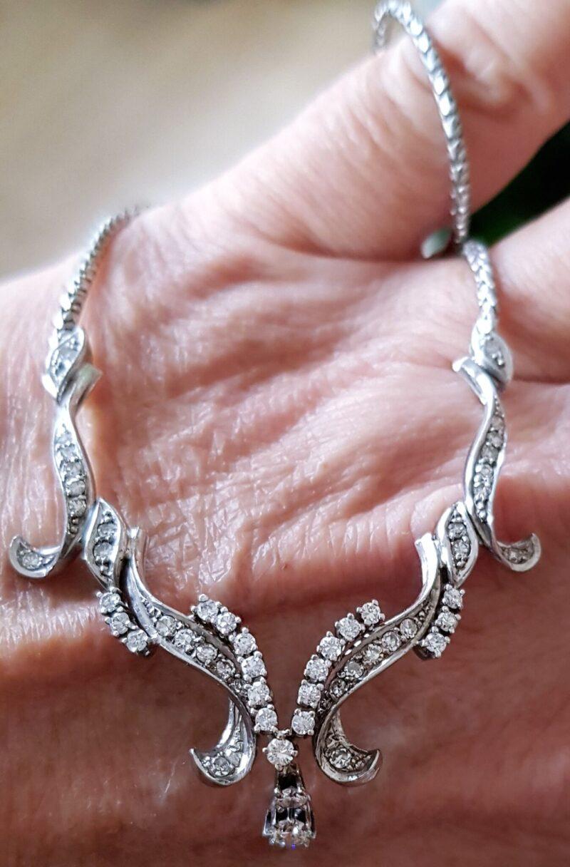 Art Deco Halskæde i Dansk Design m. i alt 0,85 carat Diamanter sat i 18 Karat Hvidguld.