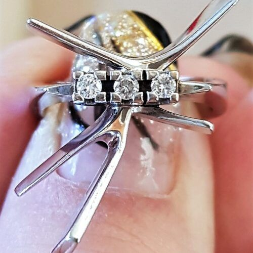 Unika Ring med 3 Brilliant slebet Diamanter i 14 Karat Hvidguld.