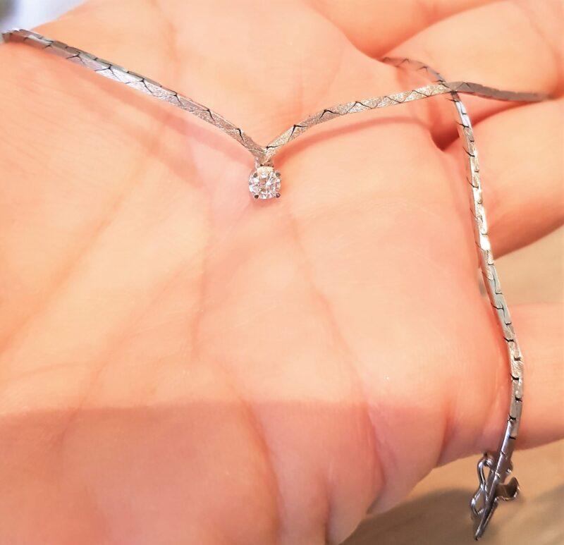Diamant Halskæde i Dansk Design m. 0,19 carat Solitaire Diamant sat i 14 Karat Hvidguld.