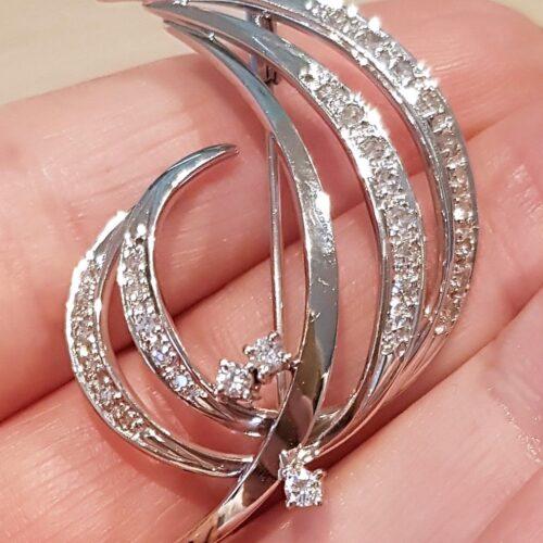 Broche /Vedhæng i 14 Karat Hvidguld m. i alt 0,65 carat Funklende Diamanter.
