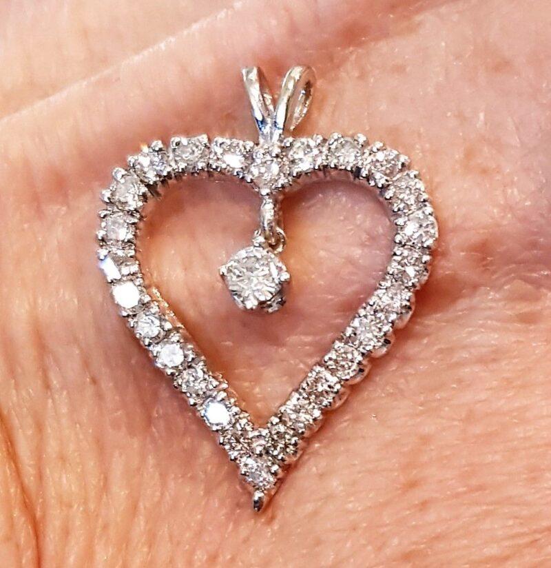 Diamant Hjerte m. Bevægelig Diamant i Midte, i alt 0,60 Karat, sat i 14 Karat Hvidguld.