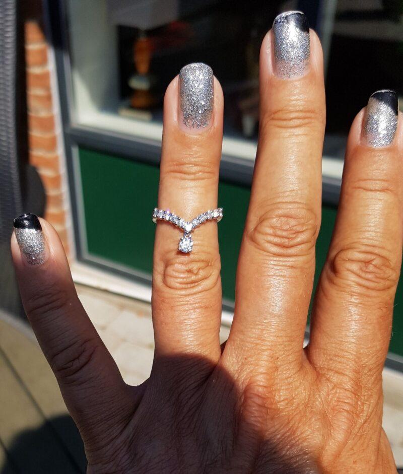 V Diamant Ring i 18 Karat Hvidguld m. Diamanter.
