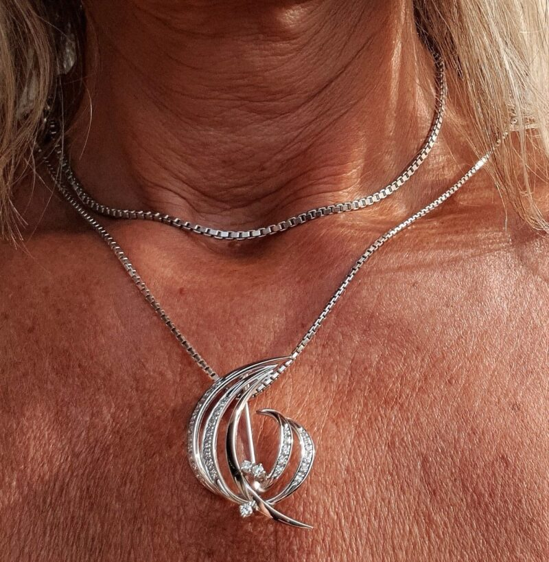 Broche /Vedhæng på 9,6 g. i 14 Karat Hvidguld m. i alt 0,65 carat Funklende Diamanter.