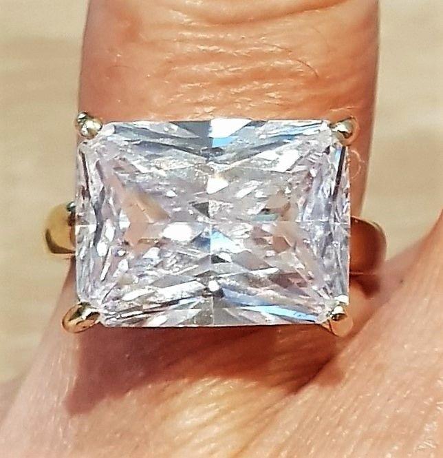 Håndlavet Unika Ring i 14 Karat Guld m. Smaragd slebet Enorm Zirkon.