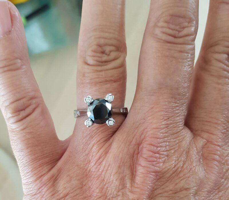 Håndlavet Sort Solitaire Diamant ring på 2,51 carat Sat i 14 Karat Hvidguld.
