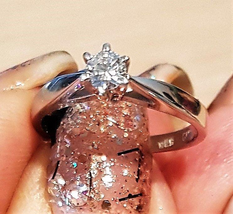 Gifa Solitaire Diamant Ring m. 0,15 carat sat i Hvidguld.