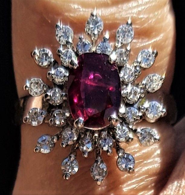 Roset Ring i 18 Karat Hvidguld m. Oval Rød Rubin samt 0,56 carat Diamanter.