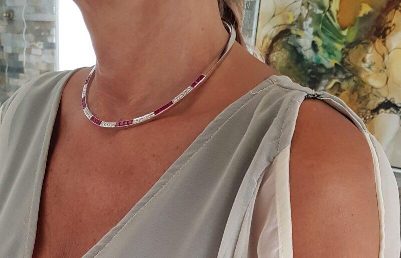 Fast Hals Ring på 40,5 g. i 14 Karat Hvidguld med i alt 1,0 carat Diamanter og Lab. Created Rubiner.
