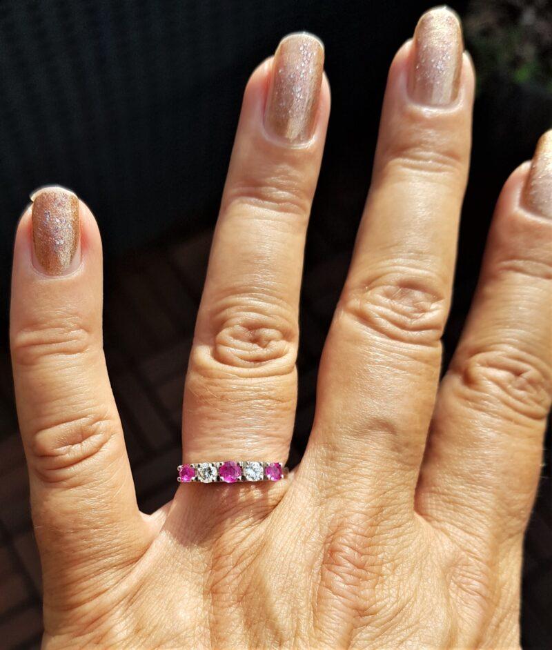 Håndlavet 18 Karat Hvidguld Ring i Kantet Design m. Rubiner og Diamanter.