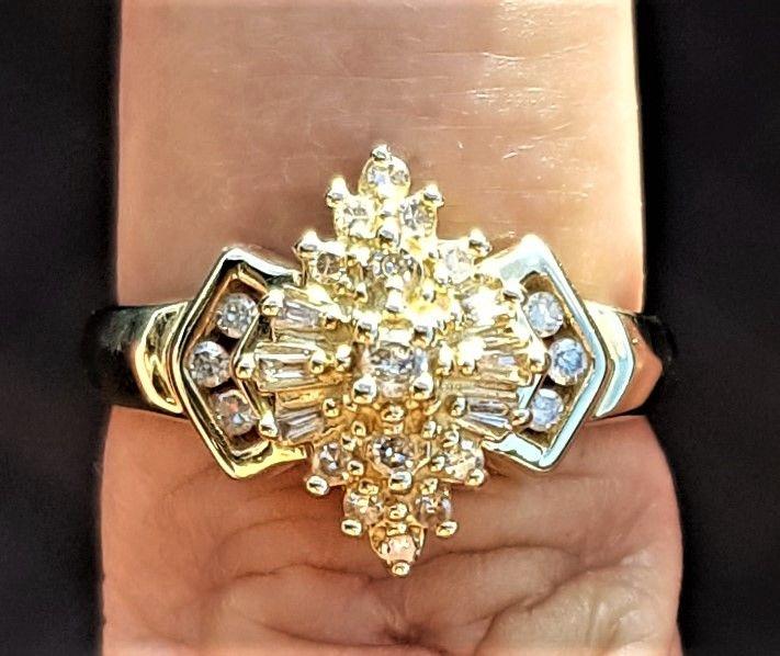Antik Design Ring i 14 Karat Guld m. 6 Funklende Baguette Slebet og 13 Runde Diamanter.