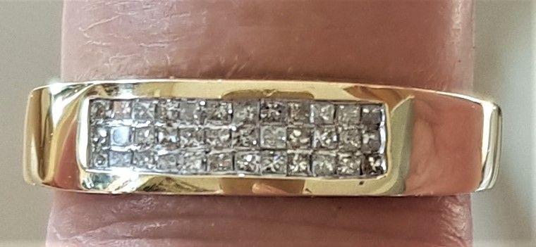 Guld Ring m. Prinsesse Cut Diamanter.