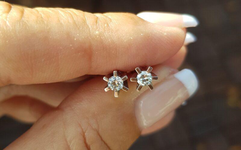 Håndlavede 14 Karat Hvidguld Solitaire Diamant Øreringe m. I alt 0.35 carat.