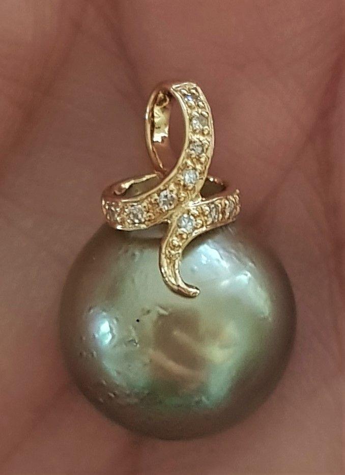 Tahiti Perle Vedhæng i 14 Karat Guld m. Diamanter.
