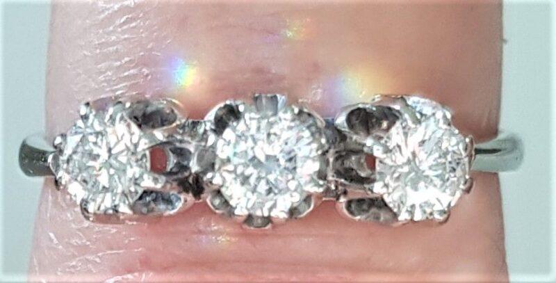 Diamant Ring i 14 Karat Hvidguld m. 3 Diamanter på Total 0,42 carat.