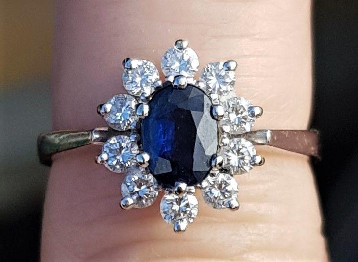 Oval Safir ring m. diamanter