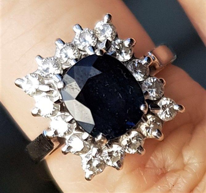 Roset Ring i 18 Karat Hvidguld m. Brilliant Slebet Blå Safir, Samt 0,40 carat Diamanter.