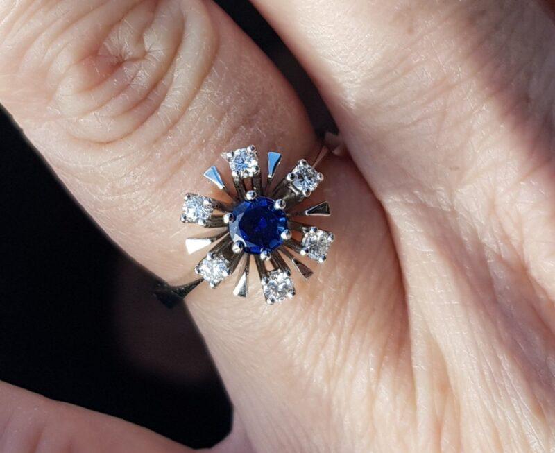 Dansk Roset Ring m. Oval Blå Safir og Diamanter i 18 Karat Hvidguld.