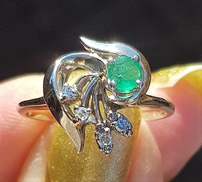 Solitaire Smaragd og Diamant Ring i 14 Karat Hvidguld.
