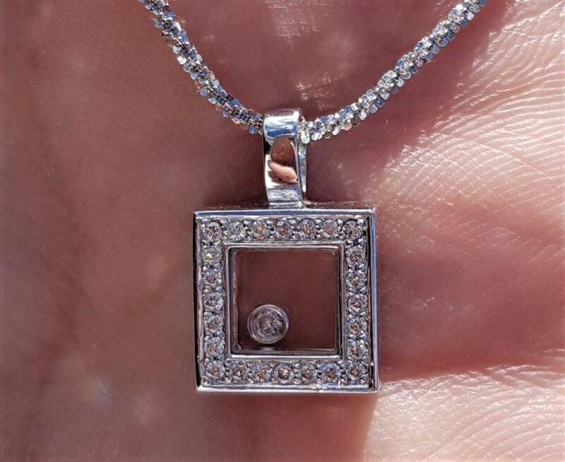 Svævende Center Diamant Vedhæng Omkranset af Brillanter i 14 Karat Hvidguld.