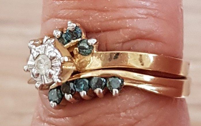 Dobbelt Ring i Guld m. Blå og hvide Diamanter.