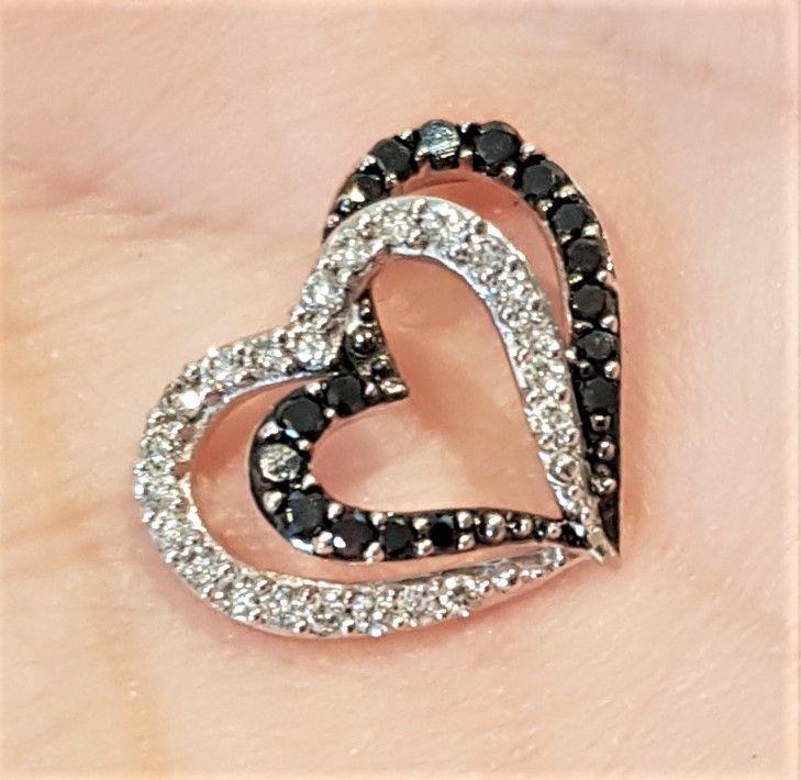 Dobbelt Hvidguld Hjerte m. Sorte og Hvide Diamanter på i alt 0,47 carat.