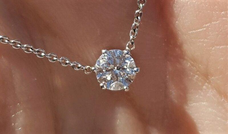 Svævende Solitaire Diamant på 0,50 carat sat i Fast Kæde i 18 Karat Hvidguld.