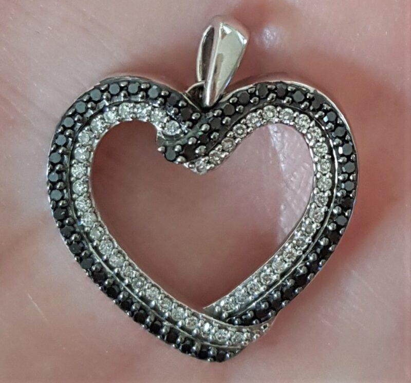 Hvidguld Hjerte m. Sorte og Hvide Diamanter på i alt 0,33 carat.