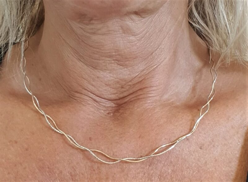 Flettet Italiensk Omega Halskæde i To-tonet 14 Karat Guld/Hvidguld.