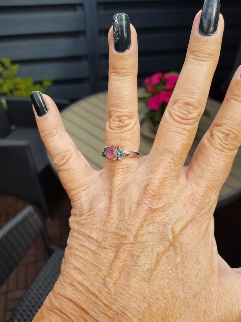 Turmalin og Blå Diamant Ring i 14 Karat Hvidguld.