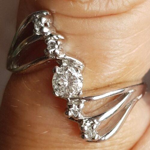 Diamant Ring i Aflang Design m. Forskellig Str. Diamanter i 14 Karat Hvidguld.