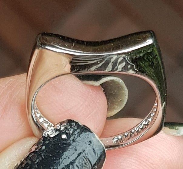 Hvidgulds Ring i Let Svunget Design