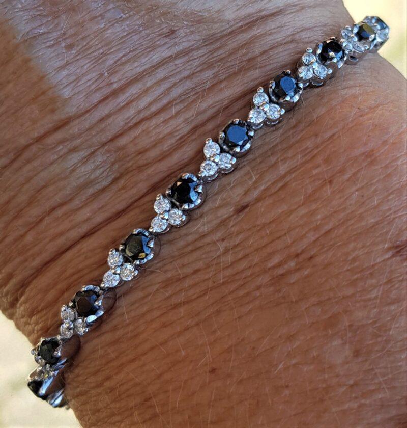 Sort/Hvid Diamant Armlænke på i alt 4,09 carat i 18 Karat Hvidguld.
