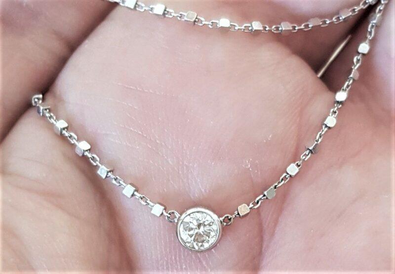 Svævende Solitaire Diamant Vedhæng på 0,30 carat, sat i Rør Fatning på Fast 14 Karat Hvidguld Cube Kæde.