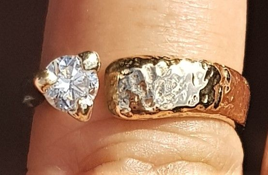 Eksklusive og Absolut Vidunderlig Smuk og Alligevel Enkel Håndlavet Kronprinsesse Ring i To Tonet Guld/Hvidguld. Ringen er Hamret i Guldet, og Diamanten er Sat i Kraftig Hvidgulds Krone. Ringen er Håndlavet af Guldsmed v. Aalborg og Fremtræder Næsten som Ny !!! Guld/Hvidguld : 14 Karat Diamant : 1 Stk. Diamantens Carat : 0,30 carat Diamantens Kvalitet : SI Diamantens Farve : Wesselton Ringens Str. : 56 Ringens Vægt : 5,9 g