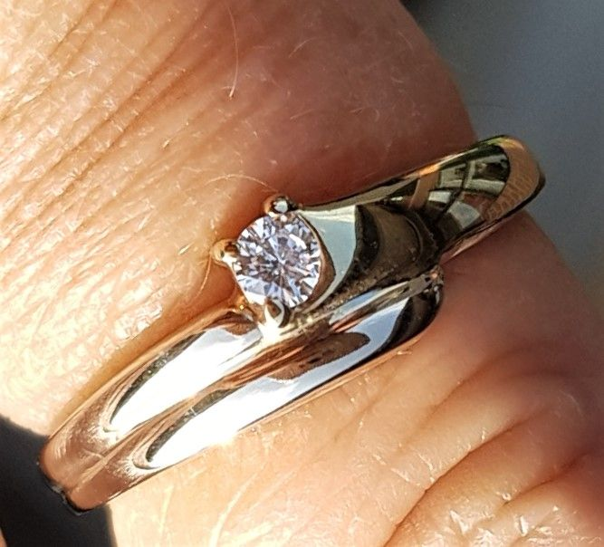 Charlotts Diamonds Guld/Gylden Hvidgulds Ring m. Solitaire Diamant på 0,09 carat