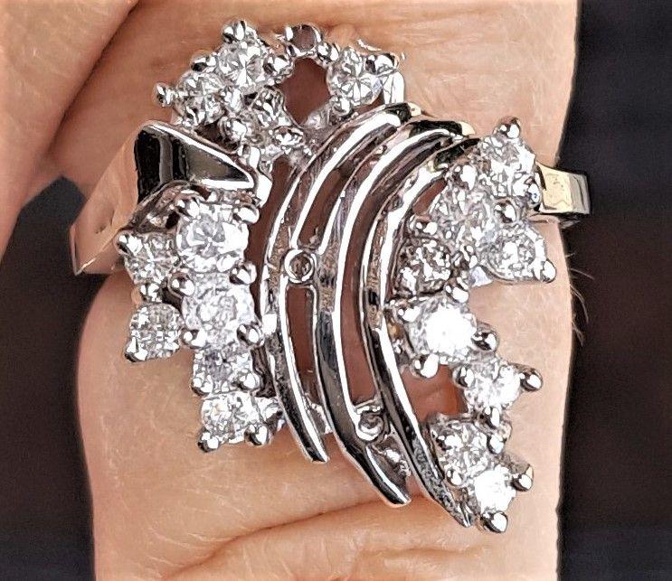 Diamant Ring m. Total 0,75 carat Sat i 14 Karat Hvidguld.