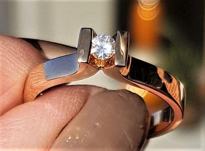 Svævende Diamant Ring m. 0,10 carat sat i 18 Karat Guld.