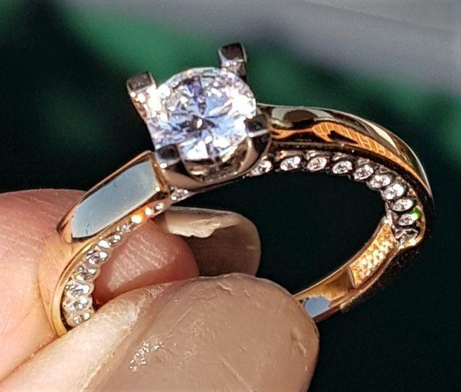 Speciel og Unik 14 Karat Guld Ring m. Klare Zirkoner.