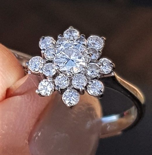 Roset Ring i 18 Karat Hvidguld m. i alt 0,50 carat Diamanter.
