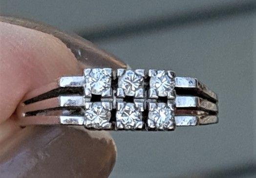 Antik Design Ring i 14 Karat Hvidguld m. Diamanter.