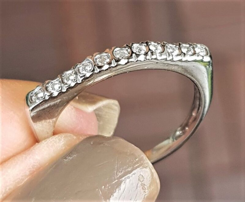 Diamant Række Ring i Moderne Design i 18 Karat Hvidguld.