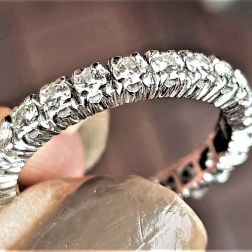 Eternity Ring m. i alt 1,0 carat Diamanter.