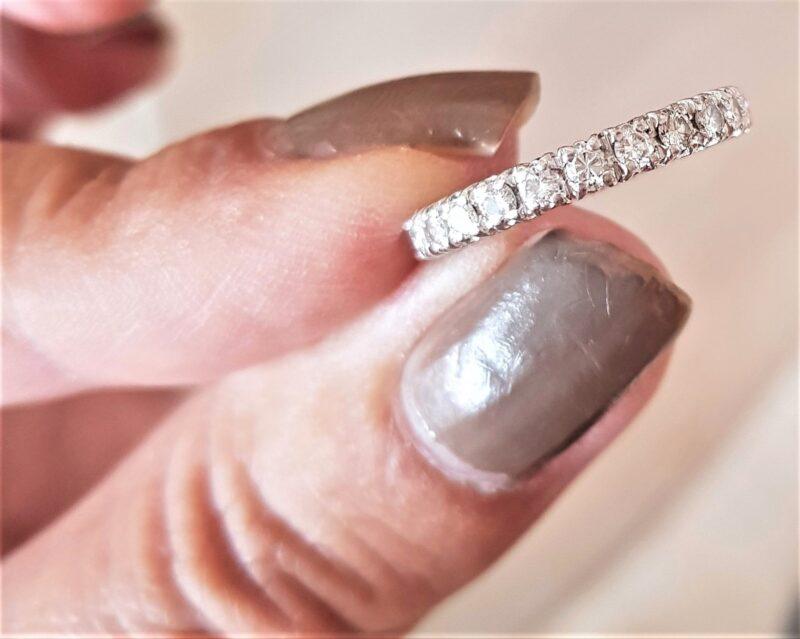 Eternity Ring m. i alt 1,0 carat Diamanter.