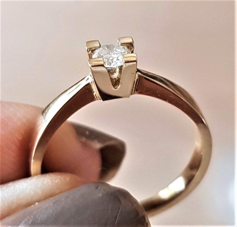 Svævende Diamant Ring m. 0,10 carat sat i 18 Karat Guld