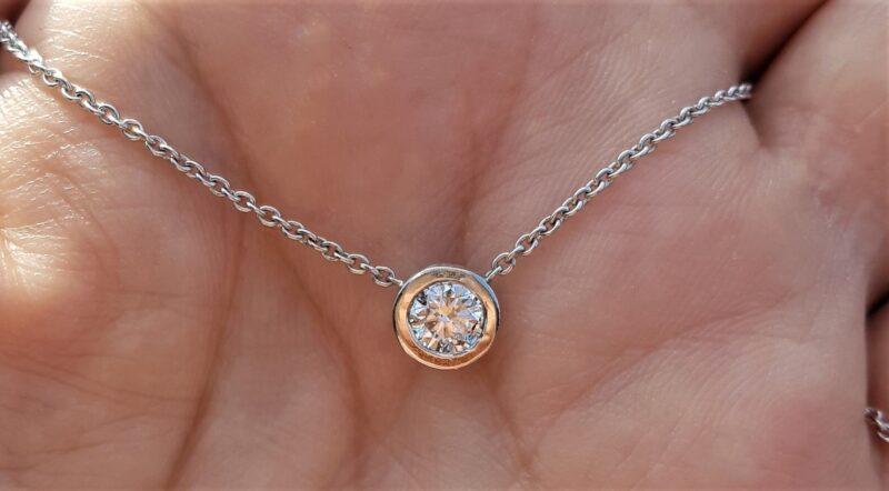 Svævende Solitaire Diamant på 0,60 carat sat i 14 Karat Fast Hvidguld Halskæde.