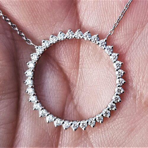 Cirkel/Eternity Vedhæng i 14 Karat Hvidguld m. i alt 1,0 carat Diamanter.